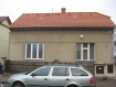 Trhlina na styku špatně provázané starší a novější části domu